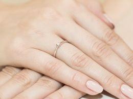 pierścionek zaręczynowy z brylantem na palcu diament brylant klasyczny delikatny wzór złoto żółte próba 0.585