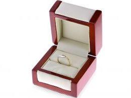 złoty pierścionek zaręczynowy w pudełku brylanty diamenty złoto żółte białe próba 0.585 14k