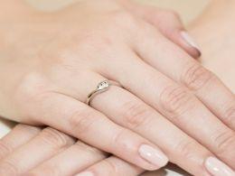 złoty pierścionek zaręczynowy na palcu na ręce brylanty diamenty złoto żółte białe próba 0.585 14k
