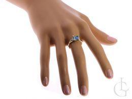 złoty pierścionek zaręczynowy na palcu na ręce pierścionek z topazem i brylantami diamentami złoto żółte próba 0.585