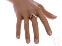 złoty ekskluzywny pierścionek zaręczynowy na palcu na dłoni złoto żółte cyrkonia centralny duży kamień pierścionki zaręczynowe klasyczne wzory nowoczesne wzory