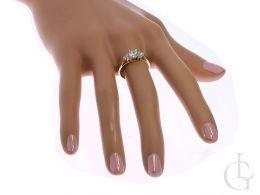 złoty pierścionek zaręczynowy na palcu