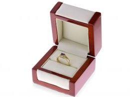 pierścionek złoty zaręczynowy z szafirem w pudełku