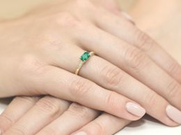 złoty pierścionek zaręczynowy na palcu na ręce szmaragd brylanty diamenty złoto żółte próba 0.585 14ct