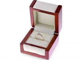 pierścionek zaręczynowy z brylantem w pudełku klasyczne wzory pierścionkow zaręczynowych złoto żolte proba 0.585