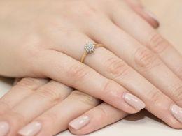 pierścionek zaręczynowy z brylantem na palcu na ręce klasyczne wzory pierścionków zaręczynowych zloto zolte proba 0.585