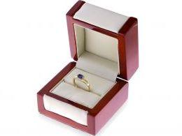 pierścionek w pudełku złoty pierścionek zaręczynowy z szafirem i brylantami złoto żółte 0.585 14ct