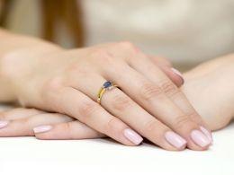 pierścionek na palcu złoty pierścionek zaręczynowy z szafirem i brylantami złoto żółte 0.585 14ct