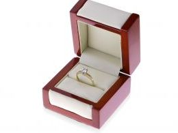 złoty ekskluzywny pierścionek zaręczynowy w pudełku złoto żółte cyrkonia centralny duży kamień pierścionki zaręczynowe klasyczne wzory nowoczesne wzor