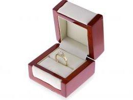 ekskluzywny złoty pierścionek zaręczynowy w pudełku