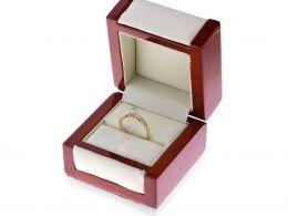 złoty pierścionek z brylantami z diamentami na palcu na ręce w pudełku realne zdjęcie  brylant diament złoto żółte próba 0.585 14ct