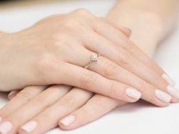 pierścionek zaręczynowy brylant diament pierścionek na palcu na ręce na zaręczyny