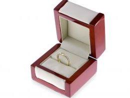 złoty pierścionek zaręczynowy z brylantami diamentami na palcu na ręce złoto żółte próba 0.585 14ct nowoczesny wzór pierścionka