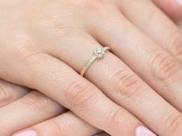 pierścionek złoty z brylantami diamentami na palcu na ręce klasyczny wzór brylanty diamenty złoto żółte próba 0.585 14k
