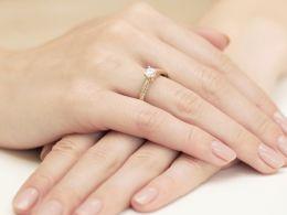 złoty pierścionek zaręczynowy z brylantami diamentami na palcu na ręce złoto żółte próba 0.585 14ct klasyczny wzór pierścionka