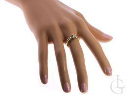 klasyczny pierścionek zaręczynowy z brylantem diamentem na palcu na ręce złoto żółte brylant złoto żółte 14K 0.585