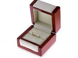 złoty pierścionek zaręczynowy z brylantem diamentem w pudełku złoto żółte złoto białe próba 0.585 14k pierścionki zaręczynowe z brylantami diamentami