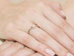 złoty pierścionek zaręczynowy z brylantem diamentem na palcu na ręce złoto żółte złoto białe próba 0.585 14k pierścionki zaręczynowe z brylantami diamentami