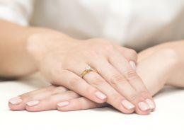 złoty pierścionek zaręczynowy z brylantem diamentem klasyczny wzór pierścionka realne zdjęcia na palcu