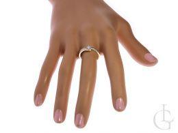 pierścionek zaręczynowy z brylantami diamentami w pudełku na ręce na palcu nowoczesny wzór realne zdjęcie prezent zaręczyny
