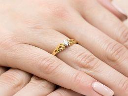 złoty pierścionek zaręczynowy klasyczny brylant