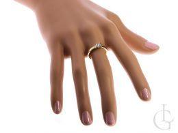 złoty pierścionek zaręczynowy na palcu na ręce pierścionek złoty z brylantem diamentem złoto żółte próba 0.585