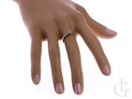 elegancki pierścionek zaręczynowy na palcu na dłoni złoto żółte próba 0.585 14ct