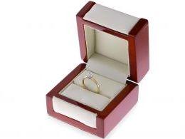 pierścionek na palcu w pudełku klasyczny pierścionek zaręczynowy z brylantem dużym diamentem złoto żółte złoto żółte 14K 0.585 zaręczyny prezent pamiątka
