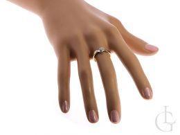 pierścionek zaręczynowy na palcu na ręce pierścionek z brylantami diamentami złoto żółte białe próba 0.585 14k