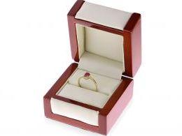 Złoty pierścionek zaręczynowy z rubinem w pudełku