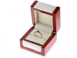 pierścionek zaręczynowy z szafirami w pudełku