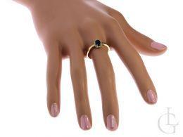 złoty pierścionek zaręczynowy z szafirem na palcu na ręce złoto żółte próba 0.585 14ct