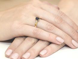 złoty pierścionek zaręczynowy z szafirem szafir z brylantami diamentami na palcu na ręce złoto żółte próba 0.585 14ct nowoczesny klasyczny wzór pierścionka