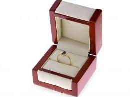 złoty pierścionek zaręczynowy z szafirem w pudełku złoto żółte próba 0.585 14ct