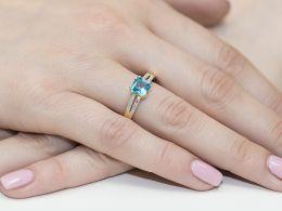 złoty pierścionek zaręczynowy z topazem topaz z brylantami diamentami na palcu na ręce złoto żółte próba 0.585 14ct nowoczesny wzór pierścionka