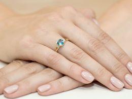 złoty pierścionek zaręczyny topaz naturalny kwadratowa korona brylanty diamenty złoto żółte próba 0.585 pierścionek na palcu realne zdjecie