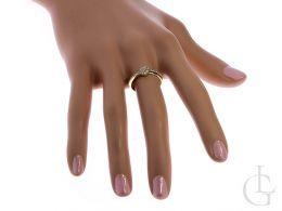 złoty pierścionek na palcu zaręczyny pierścionek złoto żółte cyrkonie