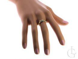 złoty pierścionek na palcu na dłoni na ręce pierścionek na zaręczyny z cyrkoniami złoto żółte próba 0.585 14ct