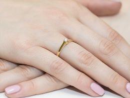 złoty pierścionek zaręczynowy klasyczny wzór z brylantami diamentami z brylantem diamentemna palcu na ręce złoto żółte próba 0.585 14ct nowoczesny wzór pierścionka