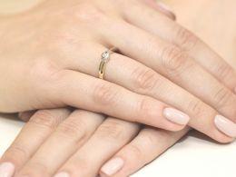 złoty pierścionek zaręczynowy z brylantem złoto żółte 0.585 14ct pierścionek na palcu dłoni realne zdjęcia zdjęcie prezent