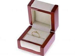złoty pierścionek w pudełku klasyczny zmysłowy wzór złoto żółte próba 0.585