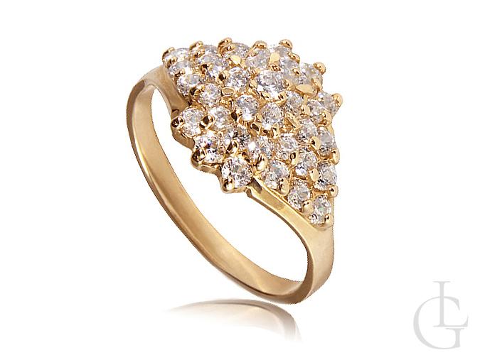 Złoty pierścionek wysadzany kamieniami Swarovskiego