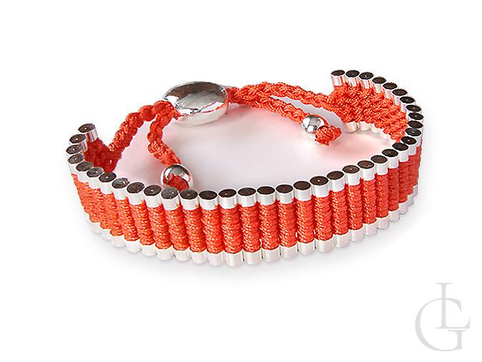 Bransoletka sznurkowa czerwona z elementami w kolorze srebra