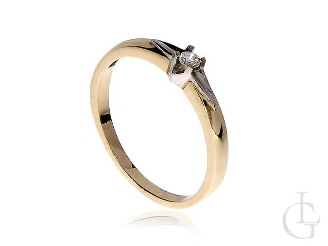 Złoty pierścionek zaręczynowy z połyskującą brylantową cyrkonią