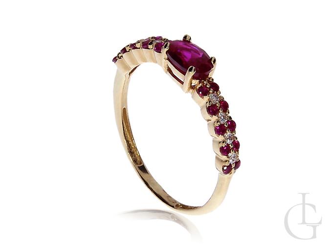 Zmysłowy złoty pierścionek zaręczynowy z rubinem