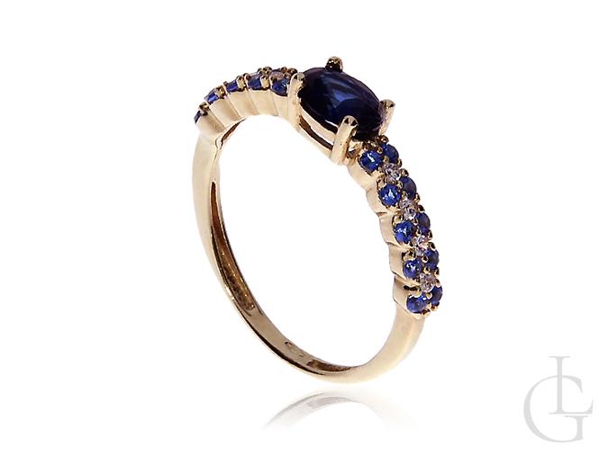 Delikatny złoty pierścionek zaręczynowy z szafirem