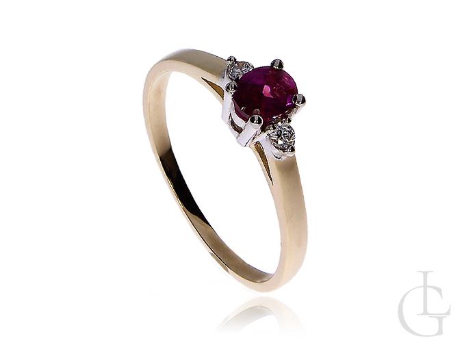 Złoty pierścionek zaręczynowy z rubinowym kamieniem