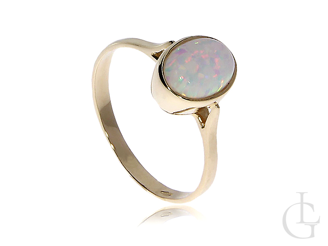 Subtelny złoty pierścionek z tęczowym opalem