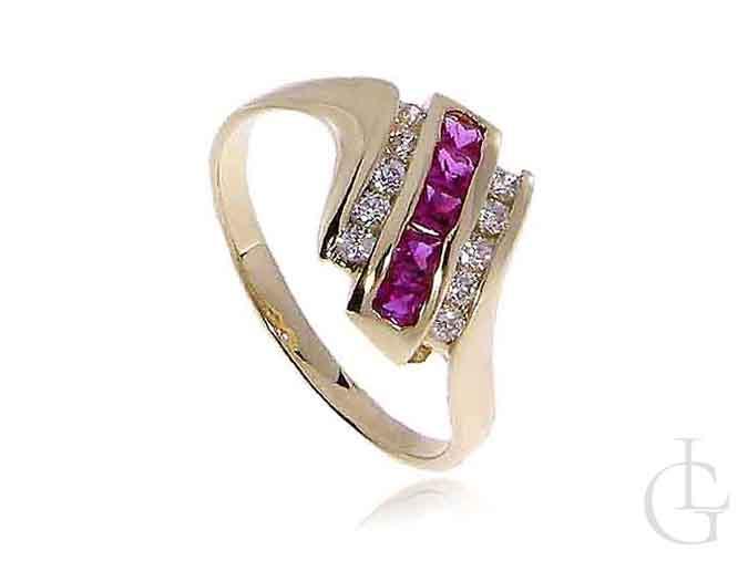 Zmysłowy złoty pierścionek zaręczynowy z rubinowymi kamieniami