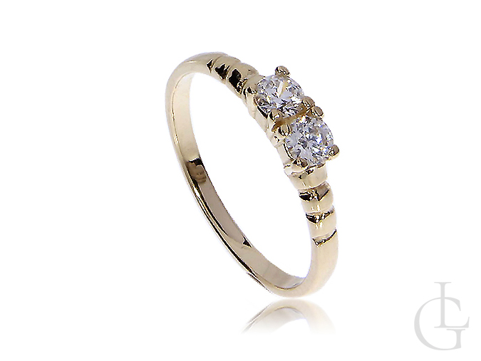 Klasyczny złoty pierścionek zaręczynowy